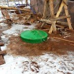 Монтаж пластикового кессона для скважины