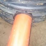 Вход канализационной трубы в кнс
