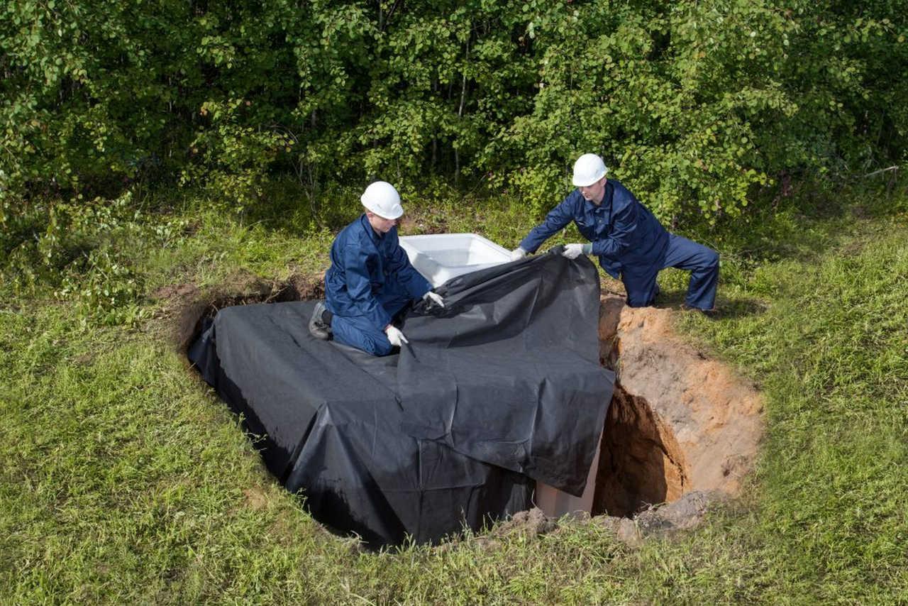Монтаж изоляции пластикового погреба